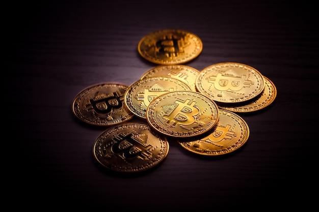 Monete bitcoin isolati su sfondo nero. valuta crypto gold bitcoin, btc, bit coin. blockchain