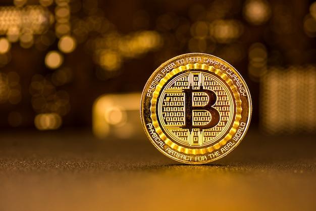Monete bitcoin, sfondo oro e sfumature marroni