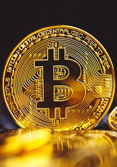 Monete bitcoin sulla tastiera del computer portatile. criptovaluta.