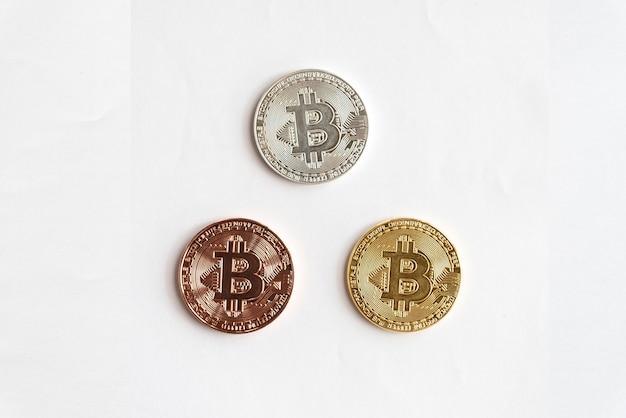 Monete d'argento del golen e di rame del bit su fondo bianco