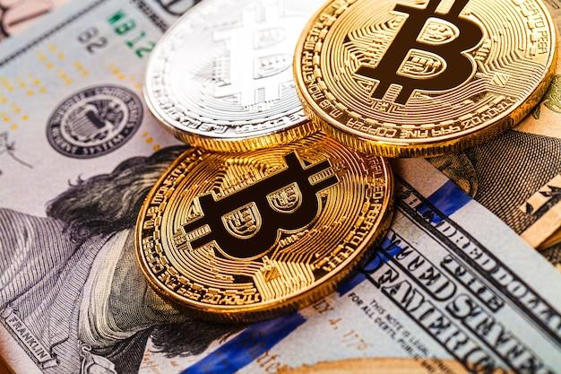 Monete d'argento e d'oro con il simbolo bitcoin, ripple ed ethereum su legno.