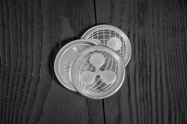 Monete d'argento ondulazione su legno nero