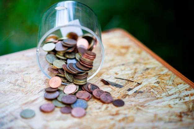 Monete d'argento, risparmiando denaro per il futuro il concetto di usare denaro per conoscere il denaro