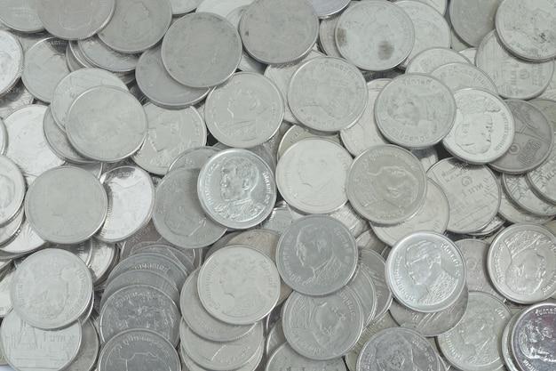 Monete d'argento una baht nella vista superiore