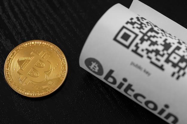 Monete d'oro bitcoin e ricevuta di carta
