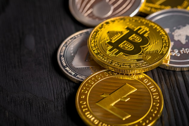 Monete d'oro con bitcoin, su legno.
