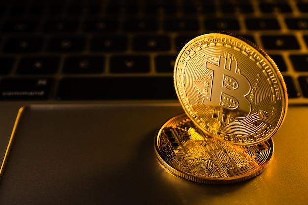 Monete d'oro con il simbolo bitcoin sul computer.