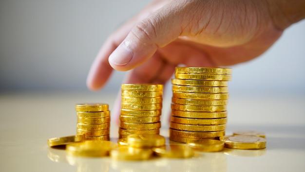 Monete dei soldi della tenuta dell'uomo d'affari. concetto di crescita aziendale.