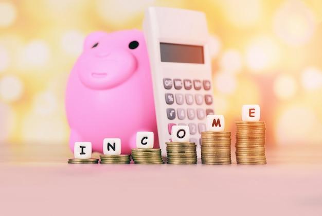 Monete dei soldi di crescita di reddito sulla tavola