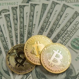 Monete di bitcoin sulla banconota da un dollaro americano, criptovaluta