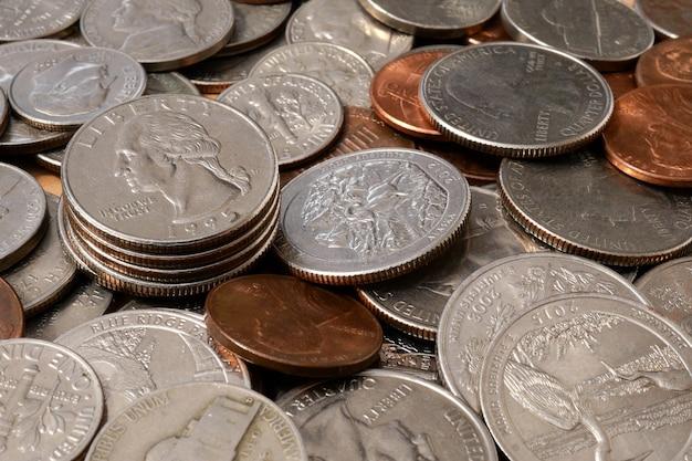 Monete di centesimi americani di diverse denominazioni. contesto finanziario