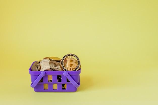 Monete di denaro crittografiche digitali fisiche d'argento e d'oro nel carrello