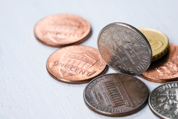 Monete di usa del primo piano sulla tavola di legno. risparmio e concetto di investimento.