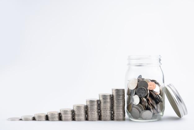 Monete in barattolo con soldi pila pila crescita crescente risparmio di denaro, investimento di business finanza di concetto