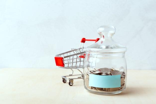 Monete in bottiglie di vetro, idee di risparmio di denaro