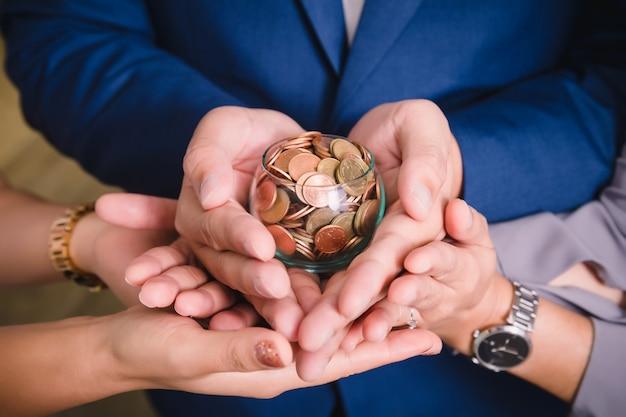 Monete in mano risparmio di denaro concetto