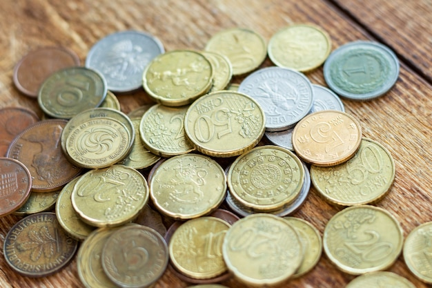 Monete la vecchia pila d'ottone d'ottone arrugginita del mucchio del pacchetto del mucchio delle seychelles bulgaria cina germania, concetto di risparmio di investimento dell'economia della finanza