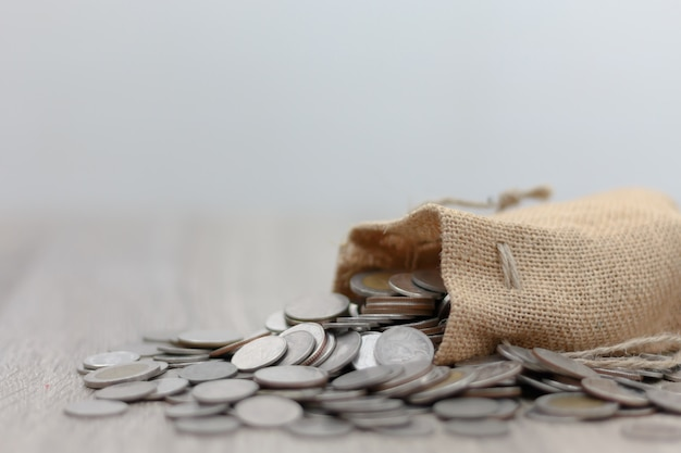 Monete nel sacco sul tavolo di legno