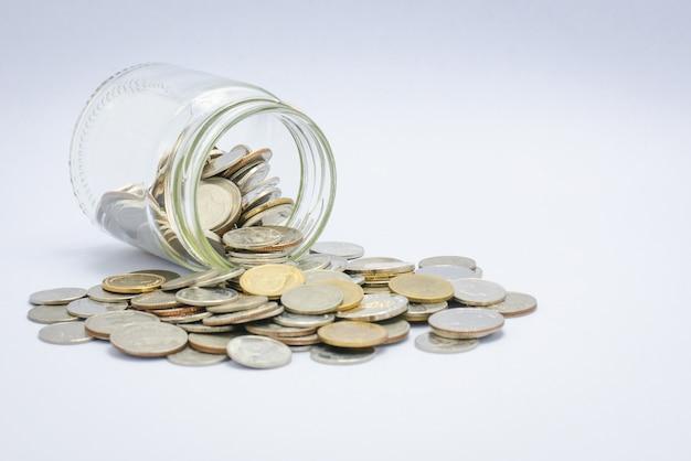 Monete sparse da un barattolo di vetro