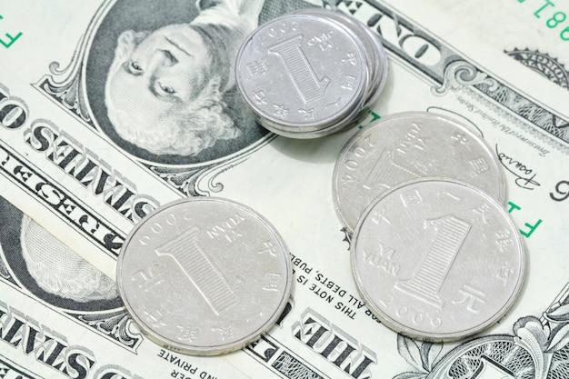 Monete yuan sulla banconota da un dollaro