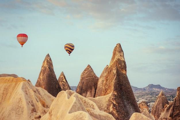 Mongolfiera che sorvola il paesaggio della roccia a cappadocia turchia.