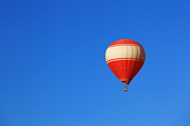Mongolfiera variopinta contro cielo blu