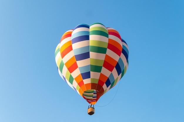 Mongolfiere che volano in cielo blu