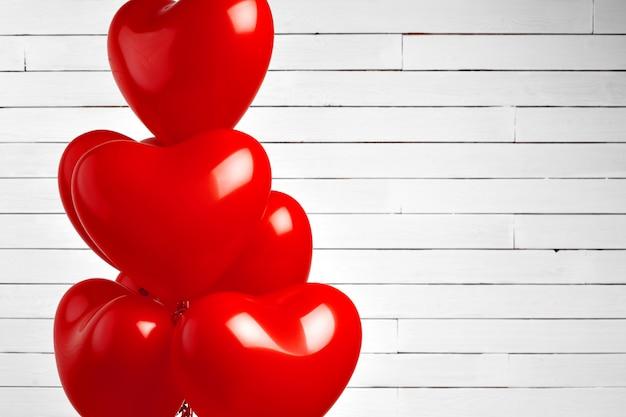 Mongolfiere. mazzo di palloncini di alluminio a forma di cuore rosso