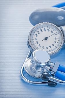 Monitor e stetoscopio bluud di pressione su fondo blu