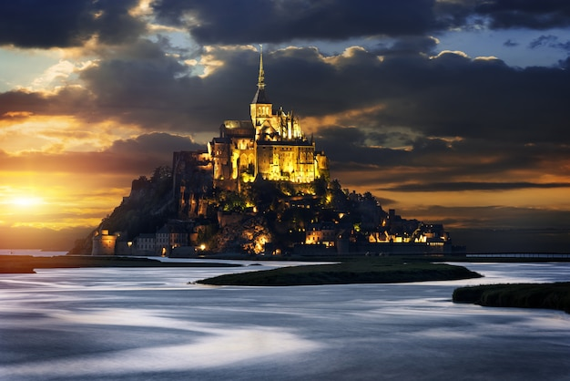 Mont saint michel al tramonto, francia