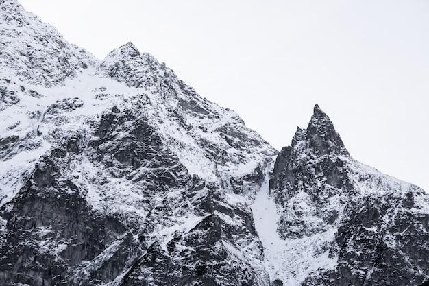 Montagna a forma di triangolo con cappuccio da neve nella tatrah polacca
