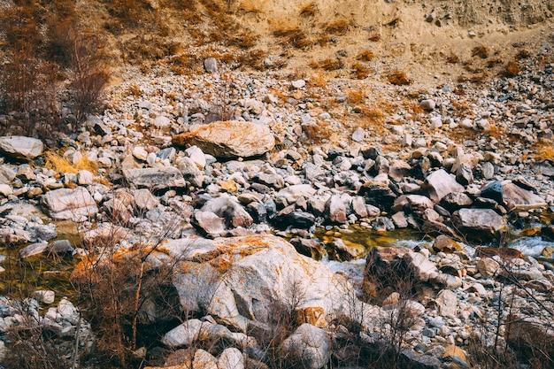 Montagna calcarea per l'estrazione mineraria