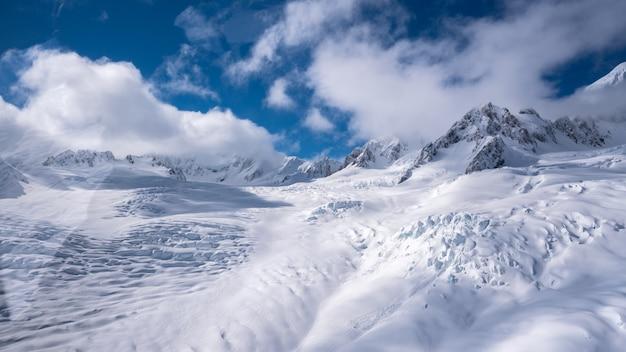 Montagna con paesaggio invernale