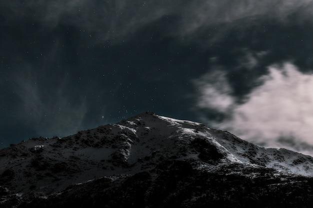 Montagna coperta di neve