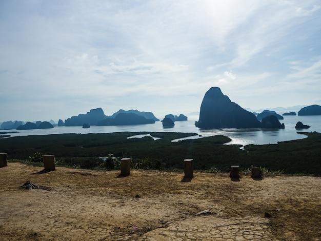 Montagna del paesaggio e costa tailandia