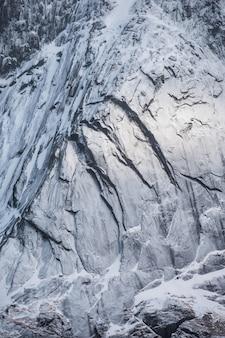 Montagna della neve del primo piano con luce brillante