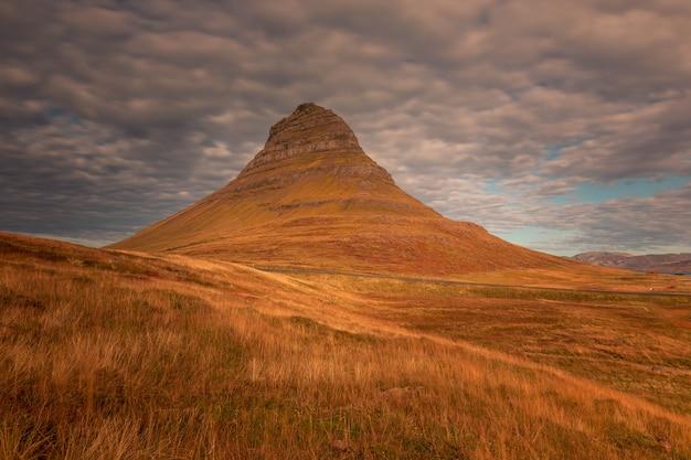 Montagna di kirkjufell accanto a grundarfjörður nell'islanda occidentale.