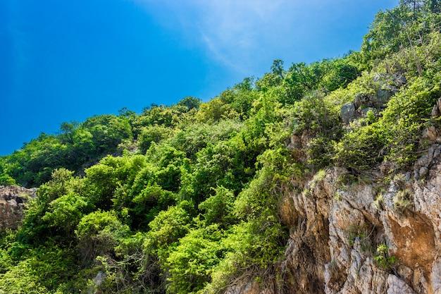 Montagna di koh kham e cielo blu pattaya tailandia.