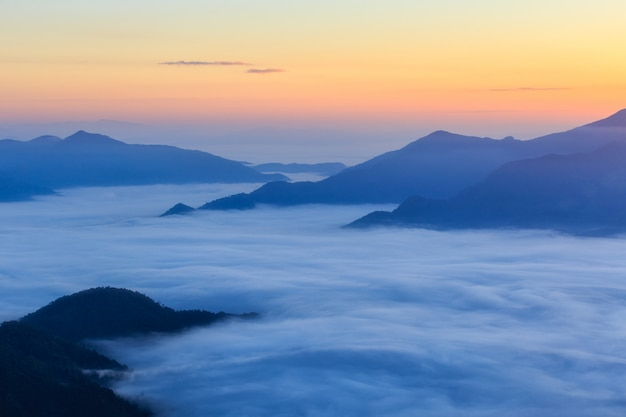 Montagna di pha tung in tempo di alba
