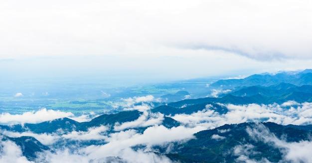 Montagna e nebbia a phu thap boek, provincia di phetchabun