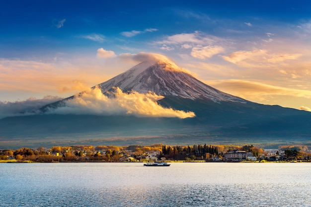 Montagna fuji e lago kawaguchiko al tramonto