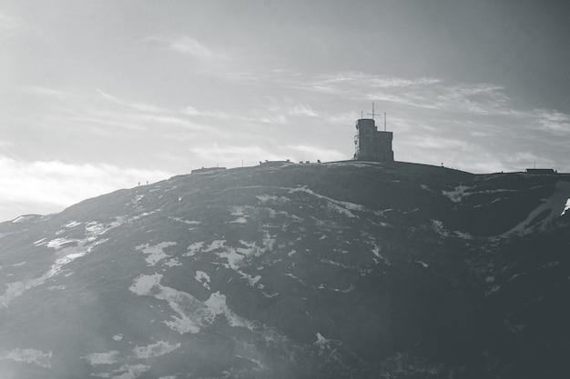Montagna in bianco e nero sotto le nuvole bianche durante il giorno