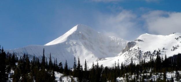 Montagna in bianco neve