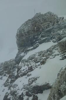 Montagna innevata in un paesaggio di giorno nuvoloso