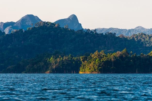 Montagna nell'acqua alla diga di ratchaprapha, guilin, tailandia