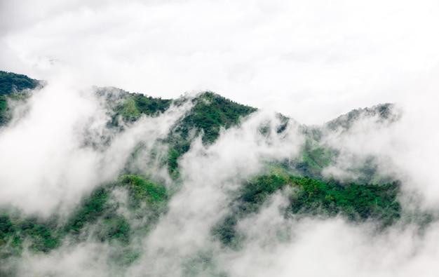 Montagna nella nuvola e nella nebbia