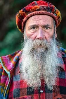 Montagna personaggio con barba lunga