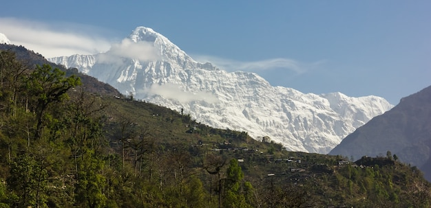 Montagna ricoperta di neve e un cielo blu