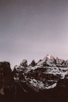 Montagna ricoperta neve durante la sera