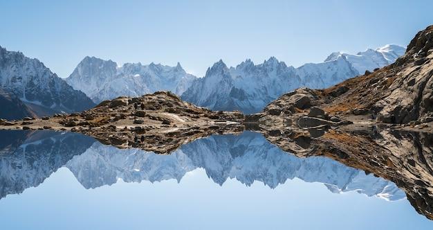 Montagna riflessa nell'acqua delle alpi a chamonix